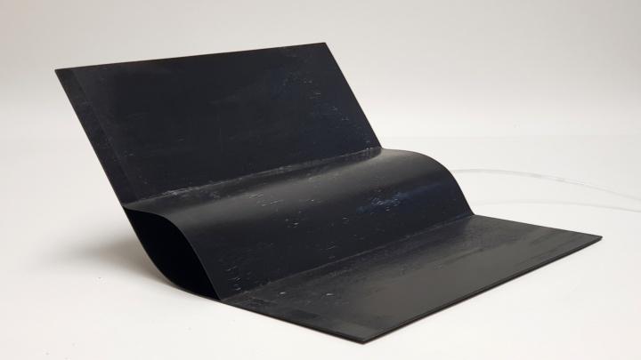 Flexibles Gelenk aus kohlefaserverstärktem Kunststoff mit integriertem pneumatischen Aktuator.