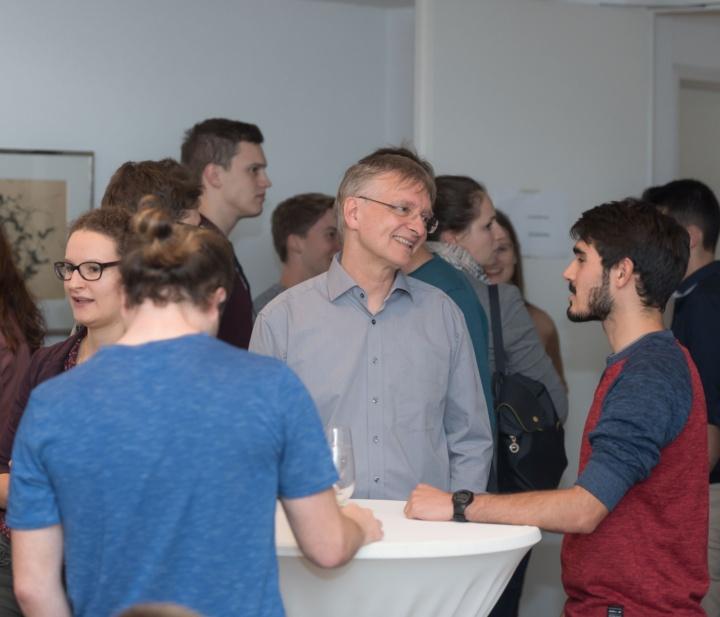 Vertrauensdozent Prof. Weigand (2. v. re.) im Gespräch mit Stipendiaten. (c)