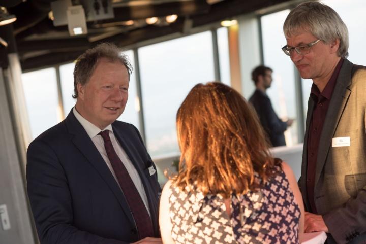 Rektor Wolfram Ressel unterhält sich mit zwei Kollegen