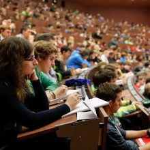 Hörsaal mit Studierenden und Lehrkraft