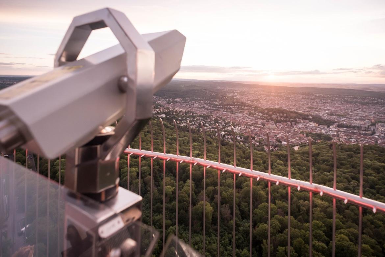 Ausblick vom Fernsehturm auf Stuttgart während des Sonnenuntergangs.
