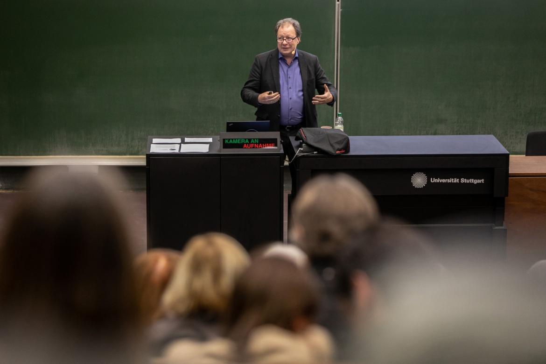 Rektor Wolfram Ressel referiert im Hörsaal vor Beschäftigten der Universität Stuttgart.