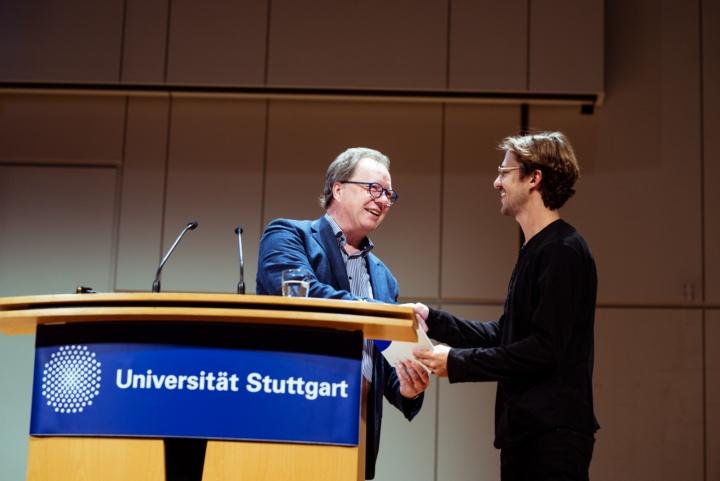 Uni-Rektor Wolfram Ressel (l.) gratuliert Samuel Leder. (c) Universität Stuttgart, Alwin Maigler