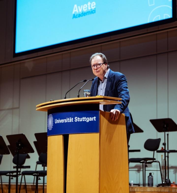 Rektor Wolfram Ressel begrüßt die Erstsemster. (c) Universität Stuttgart, Alwin Maigler