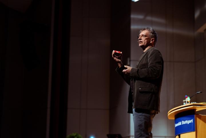 Prof. Weigand spricht über Unordnung. (c) Universität Stuttgart, Alwin Maigler