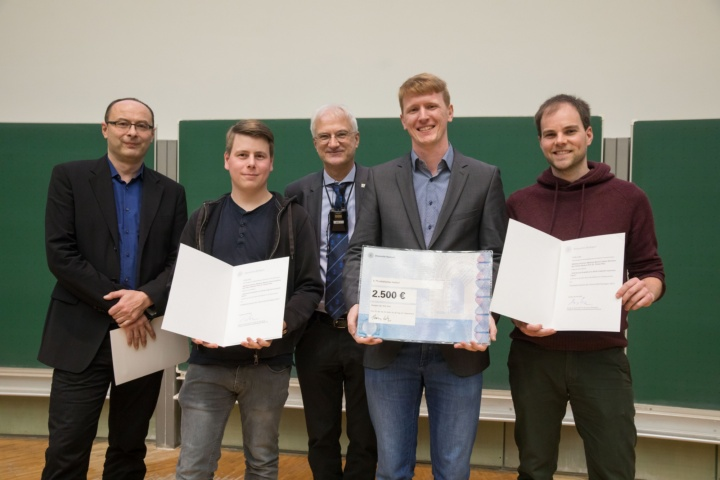 v.l.n.r.: Prof. Rohde (Dekan Faktultät 8), Fabian Böttcher, Prof. Thomas Ertl, Matthias Schmitt und Matthias Wenzel (c)