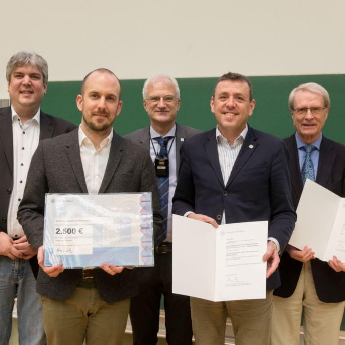 v.l.n.r.: Prof. Oliver Röhrle (Dekan Fakultät 2), Bastian Oesterle, Prof. Thomas Ertl, Prof. Manfred Bischoff und Prof. Ekkehard Ramm