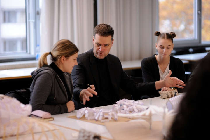 Prof. Ostermann designing a pavilion for the Expo 2020 fair together with students. (c)