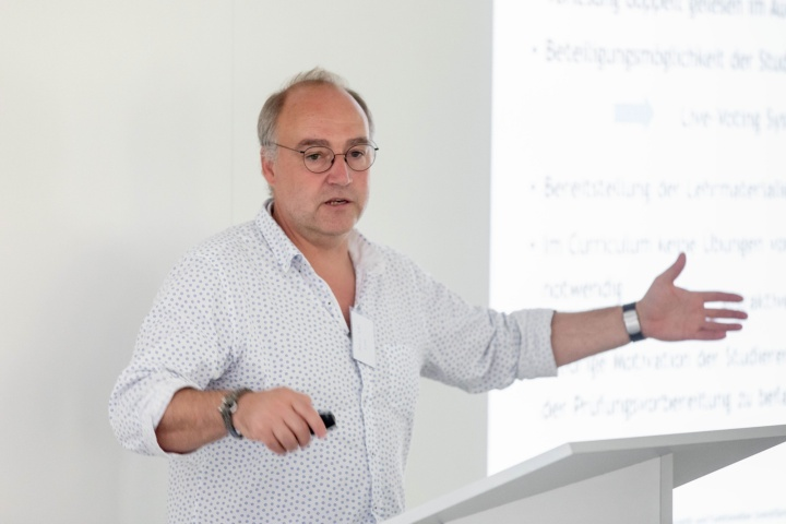 Dr. Michael Jetter hat in der Experimentalphysik gute Erfahrungen mit Online-Experimenten gemacht.  (c)