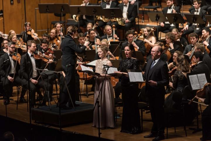 Chor und Orchester erwecken das Klagelied zusammen mit den Solisten zum Leben. (c) Kovalenko