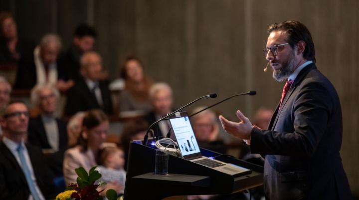 Prof. Sami Haddadin  sprach in seinem Festvortrag über künstliche Intelligenz und Robotik.  (c) Regenscheit