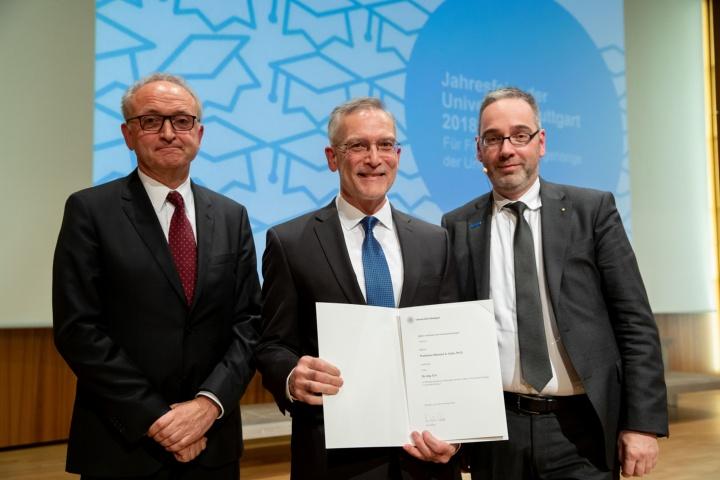Die Universität Stuttgart verlieh die Ehrendoktorwürde an Michael A. Celia (Mitte). Die Laudatio hielt Prof. Dr. Rainer Helmig (links). (c) Regenscheit