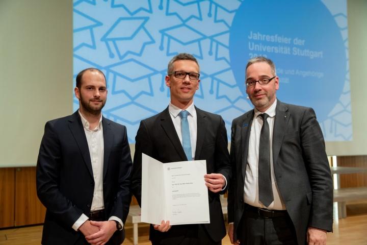 Jun.-Prof. Dr. Marc-André Keip (Mitte) erhielt den Lehrepreis der Universität Stuttgart. Laudator war Alexander Nitsche (links), Sprecher der Fachgruppe Bauingenieurwesen.  (c) Regenscheit