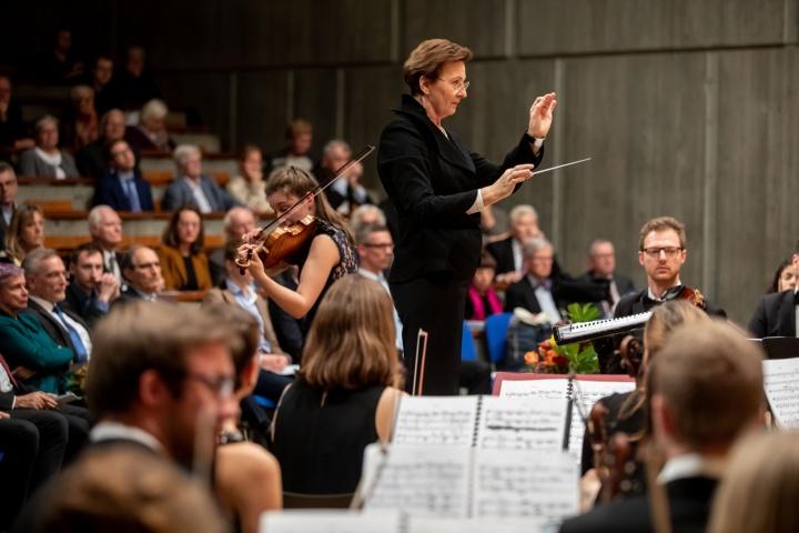 Das Akademischen Orchester sorgte unter der Leitung von Universitätsmusikdirektorin Veronika Stoertzenbach für die musikalische Umrahmung der Jahresfeier.  (c) Regenscheit