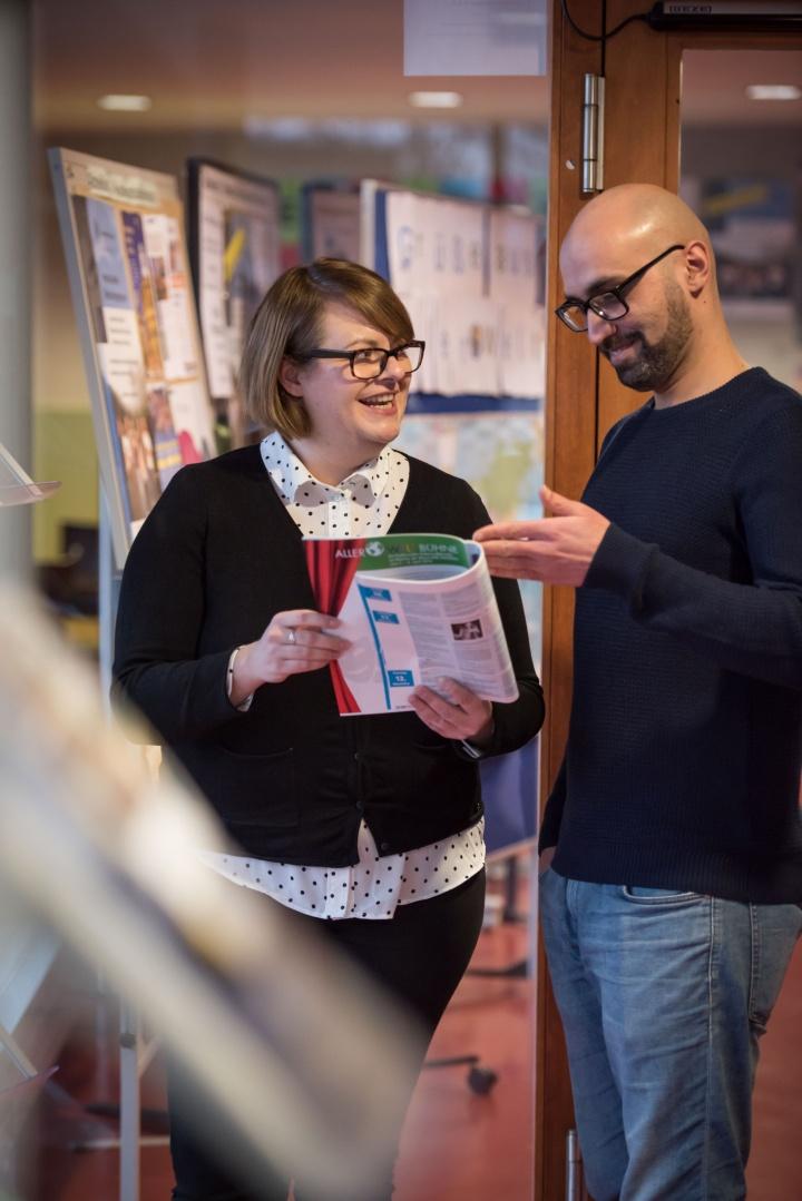 Nina Jürgens vom Welcome Campus unterstützt die studieninteressierten Flüchtlinge bei ihrem Weg an die Universität. (c) Kovalenko