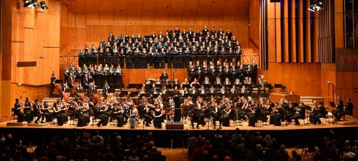 Akademischer Chor und Akademisches Orchester der Universität Stuttgart begeisterten in der Liederhalle mit Werken von Anton Bruckner. (c) Dieter Schmid, Unimusik Stuttgart