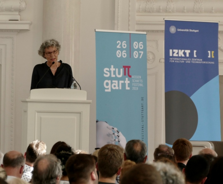 Dr. Simone Rehm, Vice Rector for Information Technology, gave the welcoming address at the event, which was held as part of the Stuttgart Science Festival. (c)