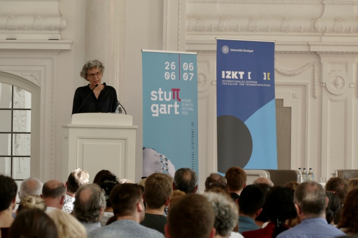 Dr. Simone Rehm, die Prorektorin für Informationstechnologie, sprach das Grußwort der Veranstaltung, die im Rahmen des Wissenschaftsfestivals stattfand. (c)