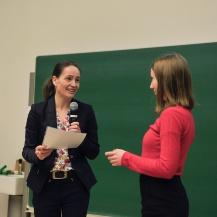 Gleichstellungsbeauftragte Prof. Nicole Radde (li.) übergibt Anna Schwarz ihre Urkunde.