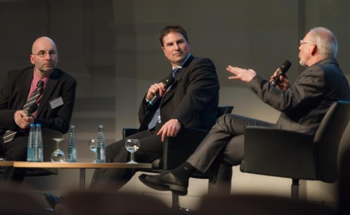 Prof. Thomas Zwick (Mitte) und Prof. Frank Allgöwer (rechts) diskutieren über Anforderungen an die Lehre. Armin Himmelrath (links) moderiert das Gespräch.  (c) Kovalenko