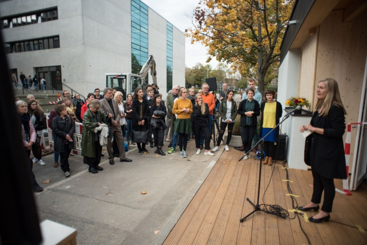 "The district representative for Stuttgart Mitte, Veronika Kienzle (right), expresses her gratitude for ""this gift"" (c) Kovalenko"