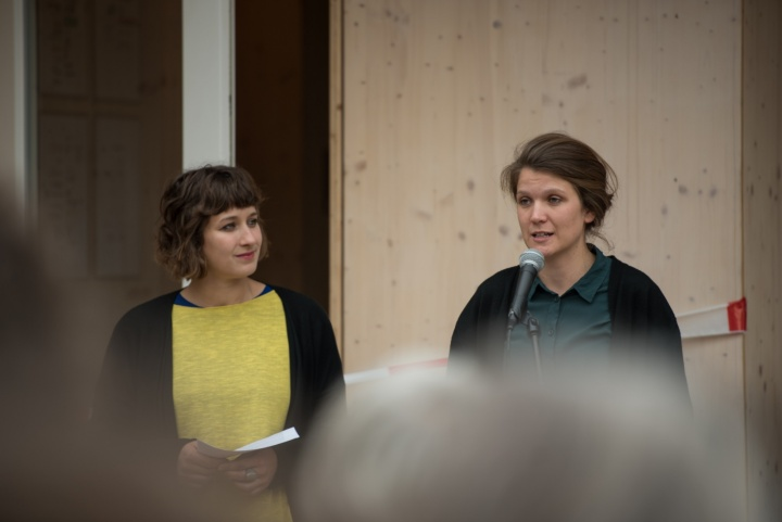 Professor Peter Cheret from the Institute of Building Construction and Design (ibk1) at the University of Stuttgart praises the initiators Tine Teiml (below right) and Meike Hammer (below left), who developed the project based on their Master's thesis. (c) Kovalenko
