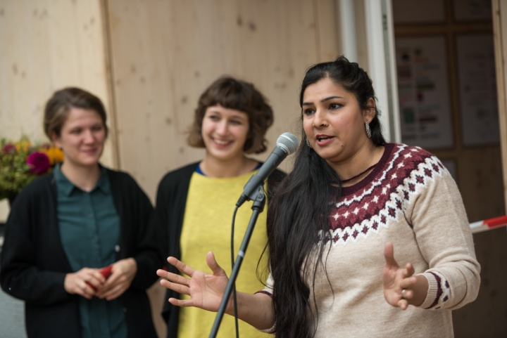 Resident Fatima Idrees (rights), who traveled to Germany from Pakistan two years ago, with the two architects. (c) Kovalenko