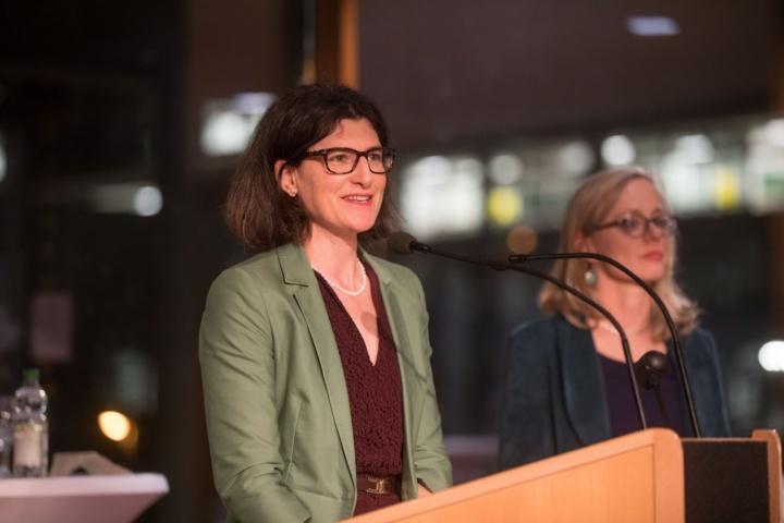 Marion Höcke (Mitte), Maja Heidenreich (links unten) und Raphaela Diel bei der Eröffnungsfeier.