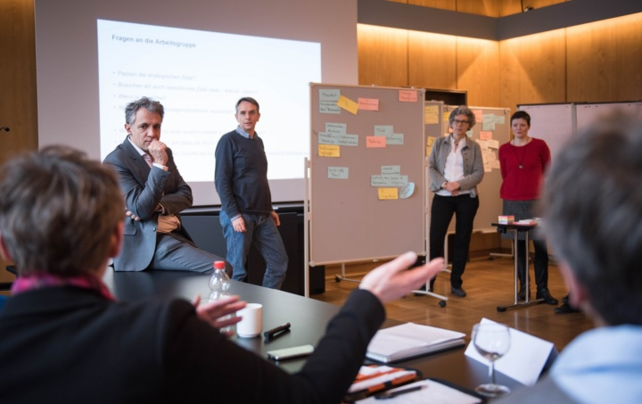 Dr. Jörg Dräger (zweiter v. l.) bescheinigt der Gruppe eine sehr offene Gesprächskultur mit vielen guten Impulsen.  (c) Kovalenko