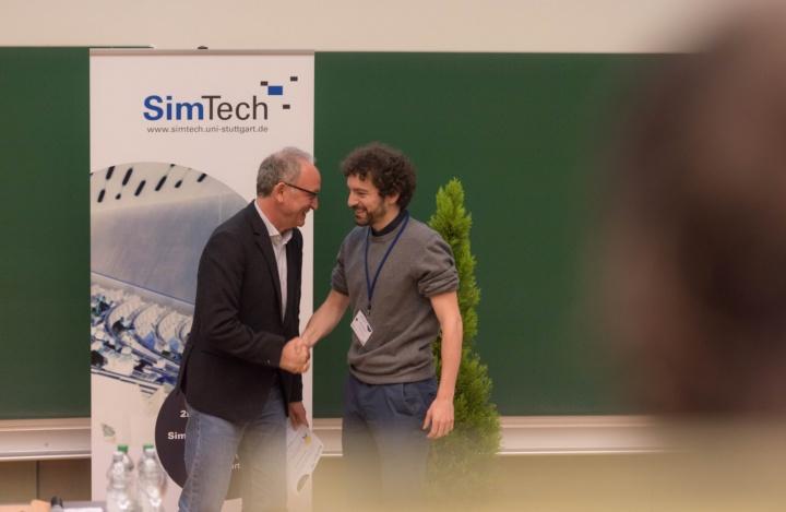 Prof. Rainer Helmig, Mitglied des Direktoriums von SimTech, gratuliert dem Gewinner des Best Poster Awards, Marco Salvalaglio von der TU Dresden. (c) SimTech