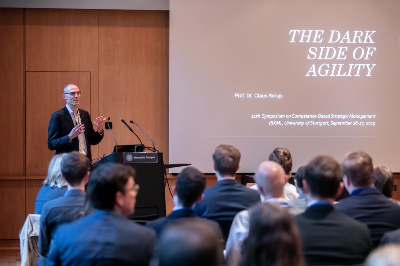 """Prof. Claus Rerup von der Frankfurt School of Finance and Management beschäftigte sich in seinem Vortrag mit der """"Dark Side of Agility""""."""