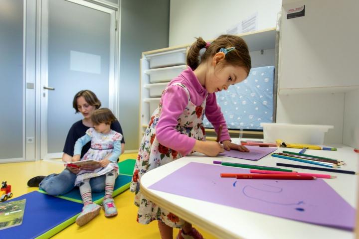 Multifunktionsraum, der als Eltern-Kind-Zimmer genutzt werden kann.