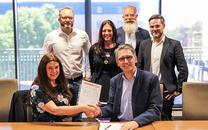 Die Prorektorin für Forschung und Entwicklung der SUT, Professorin Bernadine Van Gramberg, und der Vorstandsvorsitzende von ARENA 2036, Peter Froeschle, unterzeichneten die Vereinbarung.  (c) SUT