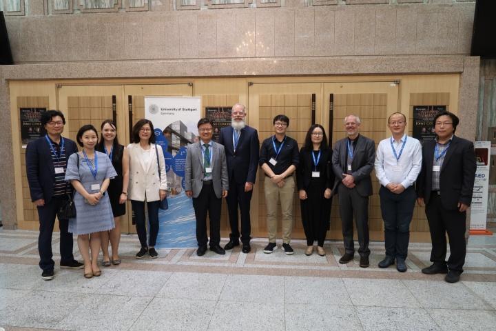 Alumni-Treffen an der Hanyang Universität mit Katharina Klein von der Stabsstelle Alumni (3. von links), Dr. Wolfgang Holtkamp, Senior Advisor International Affairs (Mitte), Prof. Dr. Frank Allgöwer vom Institut für Systemtheorie und Regelungstechnik (3. Von rechts).