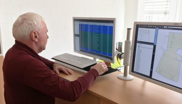 Günter Bahlinger ist über die Bedienoberfläche mit interaktiver Visualisierung auf einen Blick über die Bereiche Brandschutz und Sicherheit informiert.  (c) Vennemann