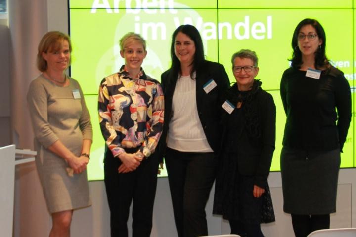 Dr. Steffi Burkhart (zweite von links) mit Dr. Kathrin Silber und Dr. Sabine Stützle-Leinmüller vom WRS sowie Jasmin Kretschmer (rechts) und Martina Takors (links) vom Dual Career Programm der Universität Stuttgart. (c) WRS
