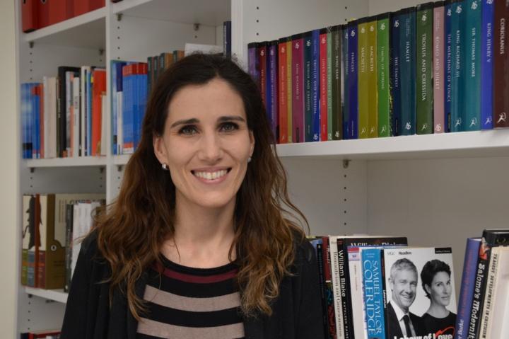 """Prof. Sibylle Baumbach ist eine Art Sherlock Holmes der Aufmerksamkeiten in der Literatur. """"Schon in den ersten Wochen gab es Anfragen von Studierenden, die diese kognitive Richtung einschlagen wollen"""", freut sie sich. Projekte für Doktorarbeiten sind auch schon am Entstehen. (c) Roeder"""
