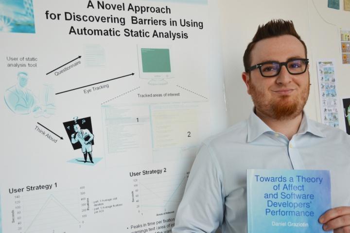 Dr. Daniel Graziotin möchte die Arbeitsbedingungen für Software-Entwickler möglichst optimal gestalten. (c) Roeder