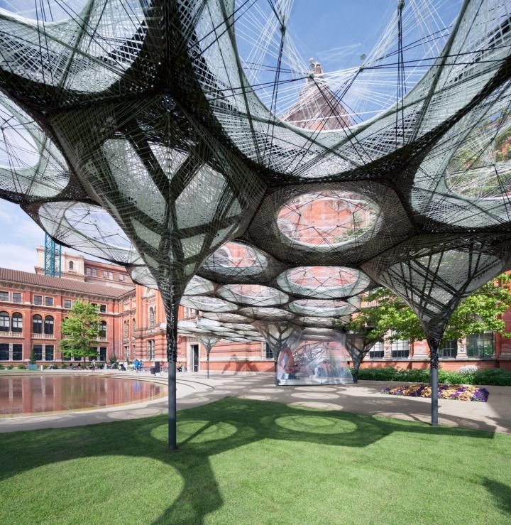 Ein Beispiel für die moderne Bionik ist der Elytra Filament Pavillon, der auf der Struktur der Deckflügel (den sogenannten Elytren) von Käfern basiert. Der Pavillon war im Sommer 2016 im Victoria and Albert Museum in London und im Frühjahr 2017 auf dem Vitra Campus in Weil am Rhein aufgebaut. (c) NAARO