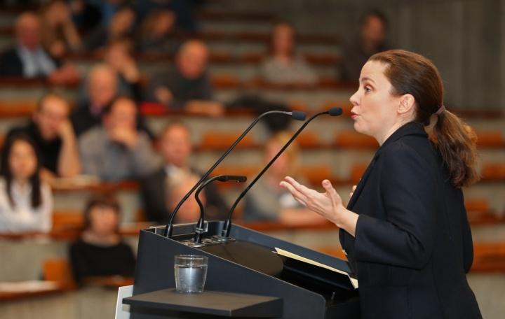 Die Schriftstellerin und Moderatorin Thea Dorn lud das Publikum zum Nachdenken ein. (c) SBTH / Franziska Kraufmann