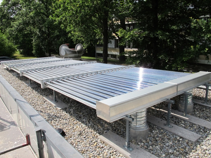 Vakuumröhren-Luftkollektor auf dem Dach des Forschungsgebäudes.  (c)