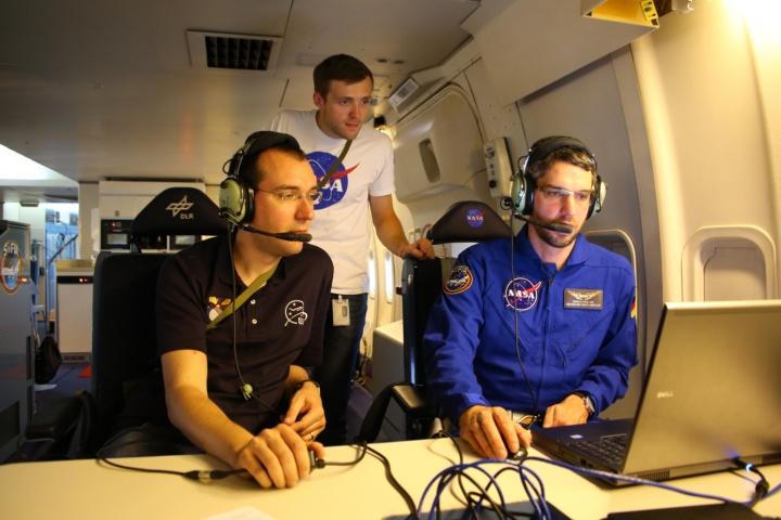 Karsten Schindler (links) mit zwei Kollegen während der Datenaufnahme einer Beobachtung. (c)
