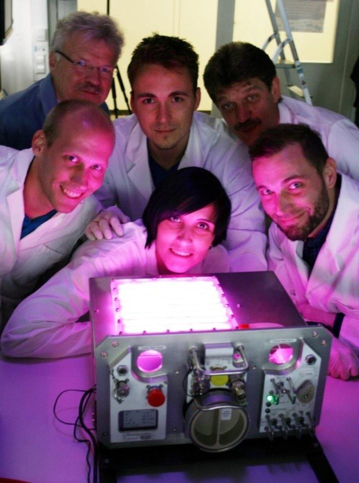 Das Science Team des IRS. Oben, von links nach rechts: Prof. Reinhold Ewald, Johannes Martin, Prof. Stefanos Fasoulas. Unten von links nach rechts: Jochen Keppler, Dr. Gisela Detrell, Harald Helisch. (c) IRS