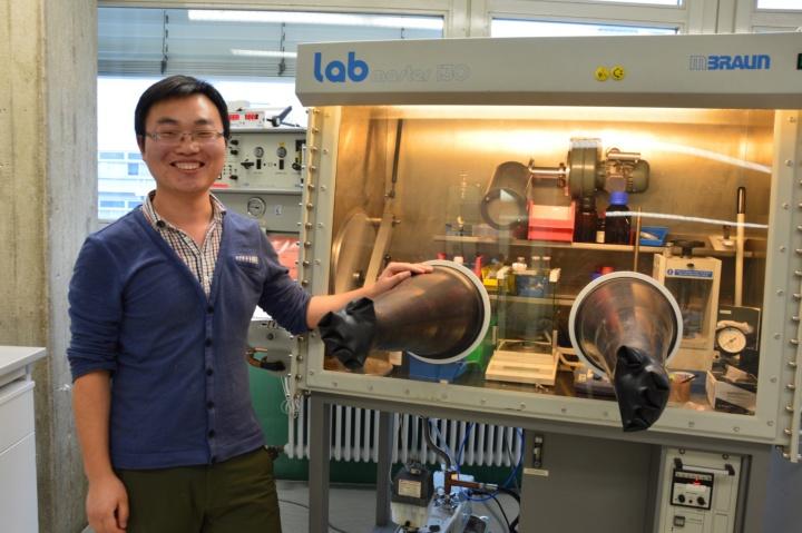Der Chemiker Dr. Peng Zhang aus China führt die Synthese der neuartigen Moleküle in der Glovebox durch. (c) Roeder