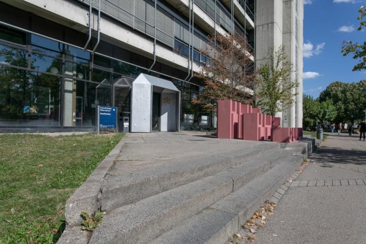 Im Eintrag für das Ingenieurwissenschaftliche Zentrum (IWZ I), Pfaffenwaldring 9, steht zum Beispiel, dass der Haupteingang nicht barrierefrei ist, als Alternative für Rollstuhlnutzer wird der Zugang über einen Seiteneingang genannt. (c)