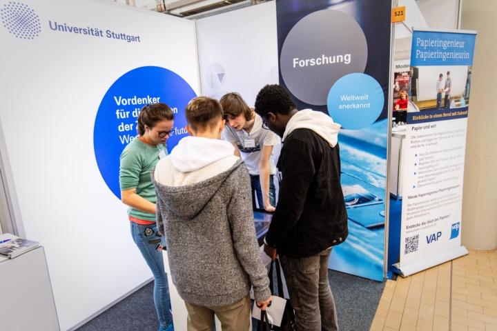 Besucher am Messestand (c) Einstieg GmbH