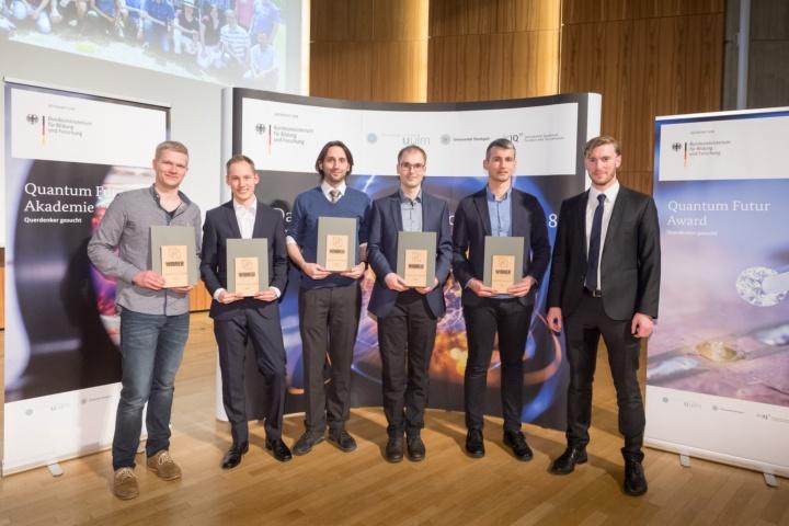 Quantum Futur-Award Gewinner v.l.n.r.: Benedikt Tratzmiller, Sven Bodenstedt, Carsten Robens, Felix Stürner und Daniel Riedel mit Benedikt Weiler vom BMBF.  (c) VDI Technologiezentrum GmbH, Martin Stollberg