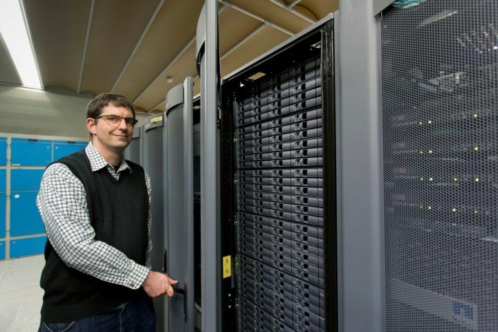 """""""Um einerseits die Verfügbarkeit des E-Mail-Dienstes auch bei einem eventuellen Hardware-Defekt, Stromausfall, Gebäudebrand usw. sicherstellen zu können, andererseits die Daten bestmöglich vor unberechtigtem Zugriff zu schützen, werden alle E-Mails redundant an den beiden Rechenzentrums-Standorten des TIK auf dem Campus Vaihingen verarbeitet und gespeichert."""" erläutert Dr. Sebastian Kiesel, Leiter der Abteilung Netze und Kommunikationssysteme am TIK. (c)"""