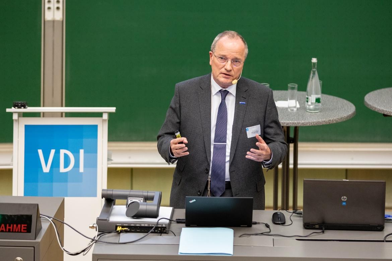 Der Prorektor der Universität Stuttgart, Prof. Hansgeorg Binz, schilderte die  Ingenieurausbildung der Zukunft  aus Sicht der Universität Stuttgart.   (c) VDI