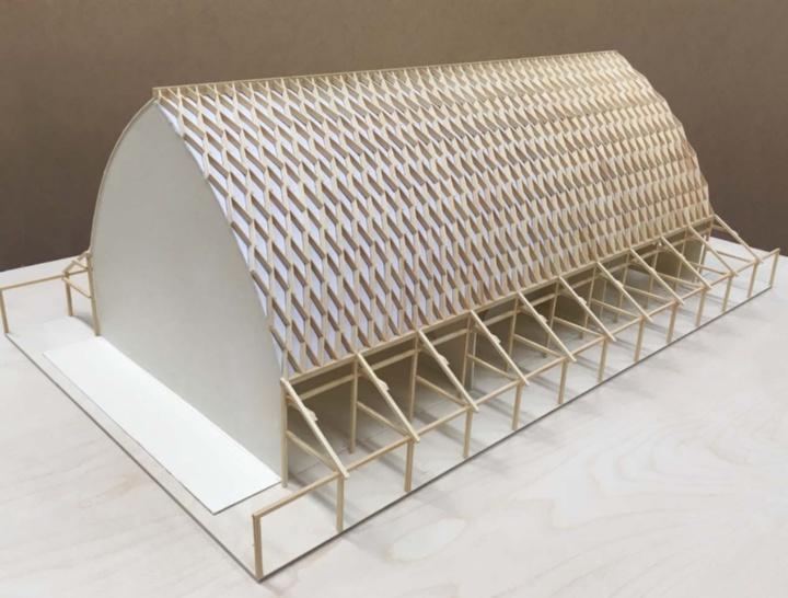 Das Modell der Bierhalle mit einer Dachkonstruktion, die sich aus vielen Holzlamellen zusammensetzt. (c)